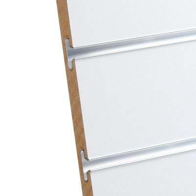 Rillepanel i varm hvid med sporafstand på 10 cmmål H234xB86,5 cm og passer for L-søjler H239 cm
