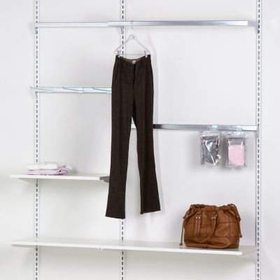 Tøjinventar inkl. ophæng bredde 150 cm - består af 3 vægskinner i højde 219 cm1 U-bøjlestang - 3 ophængsbomme - 3 hvide træhylder - diverse fronthæng og hyldebærer