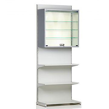 Vægreol med hvid glat træbagplade med bundpodie<br />2 x 40 cm dybe hvide melaminhylder og 1 vitrineskab