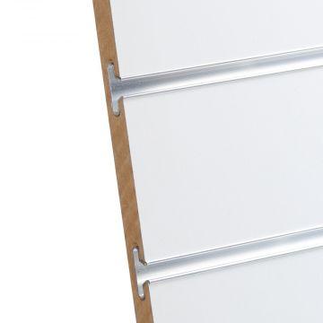 Rillepanel i varm hvid med sporafstand på 10 cm<br />mål H200xB120 cm og passer for L-søjler H202 cm