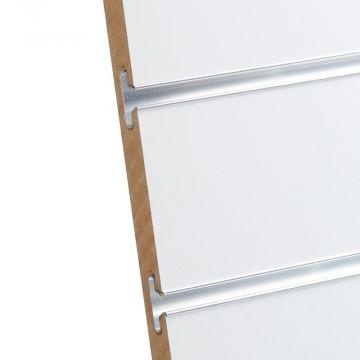 Rillepanel i varm hvid med sporafstand på 10 cm<br />mål H195,5xB86,5 cm og passer for L-søjler H202 cm