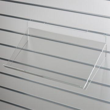 Brochurehylde i klar akryl for rillepaneler<br />skrå hylde med opbukket forkant og nedbukkede sider<br />mål B60xD30 cm - forkant måler 3 cm